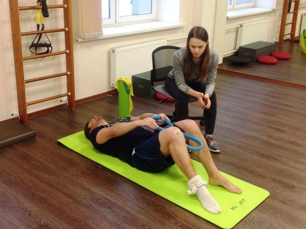 Реабилитационные упражнения на коленном суставе должны проходить строго под контролем специалиста.
